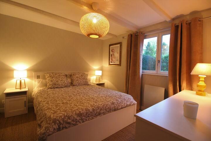Chambre 1 au rez-de-chaussée avec un lit double en 160X200.