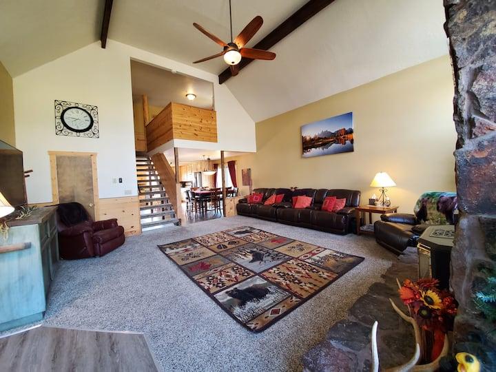 Yellowstone! 6bd+loft 3bath HOT TUB Sleeps 23