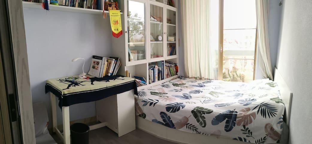 书房为尚品宅配定制书柜及榻榻米床,内有升降桌,也可以变为茶室。