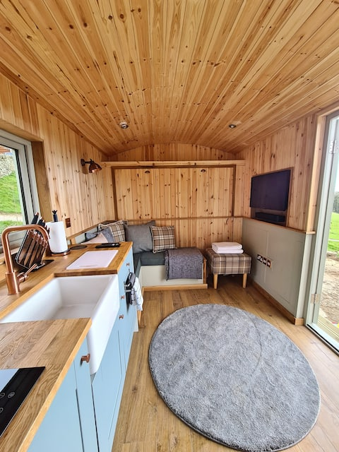 Peak District Shepherds Hut with amazing views