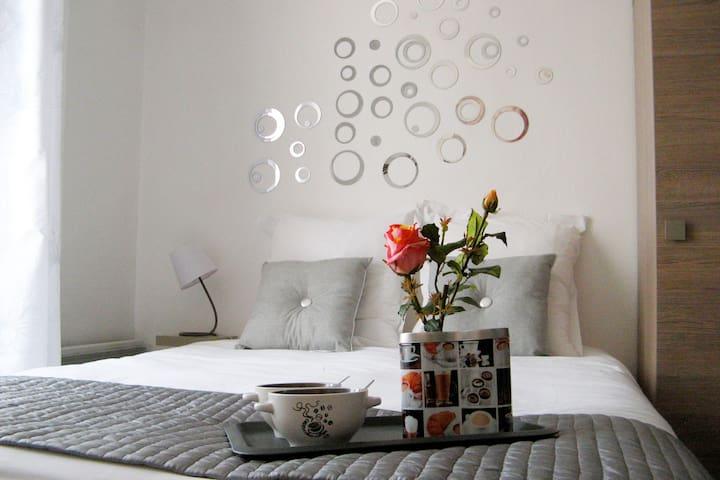 Chambre avec lit confortable et ses oreillers anatomiques pour votre confort