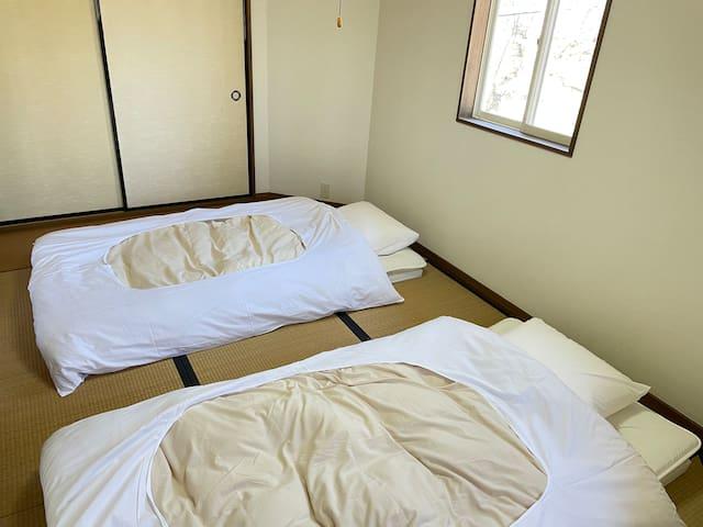 2階和室。布団は3セットご用意があります。