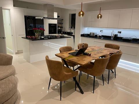 Luxurious House close to Rowhill Grange - Sleeps 6