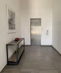 Entrada al elevador para subir a los pisos
