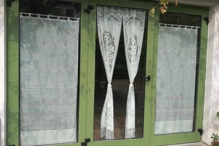 La porta principale misura 88cm ma si può aumentare aprendo tutta la veranda verde rappresentata in foto.
