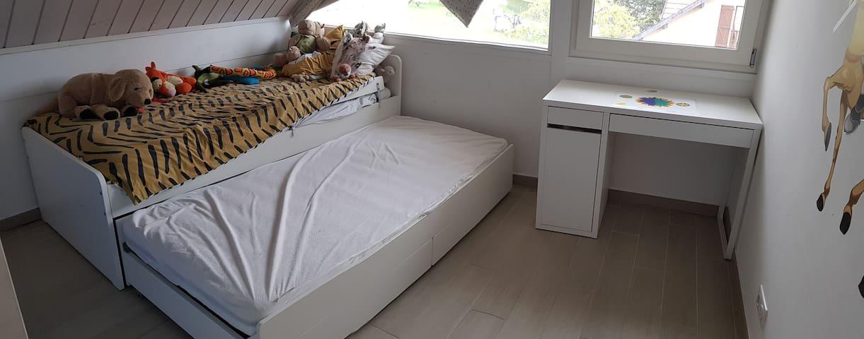 Chambre 2: Cette chambre enfant est équipée d'un lit gigogne qui permet d'obtenir deux couchage en 90x190. vous y trouverez également un petit bureau.