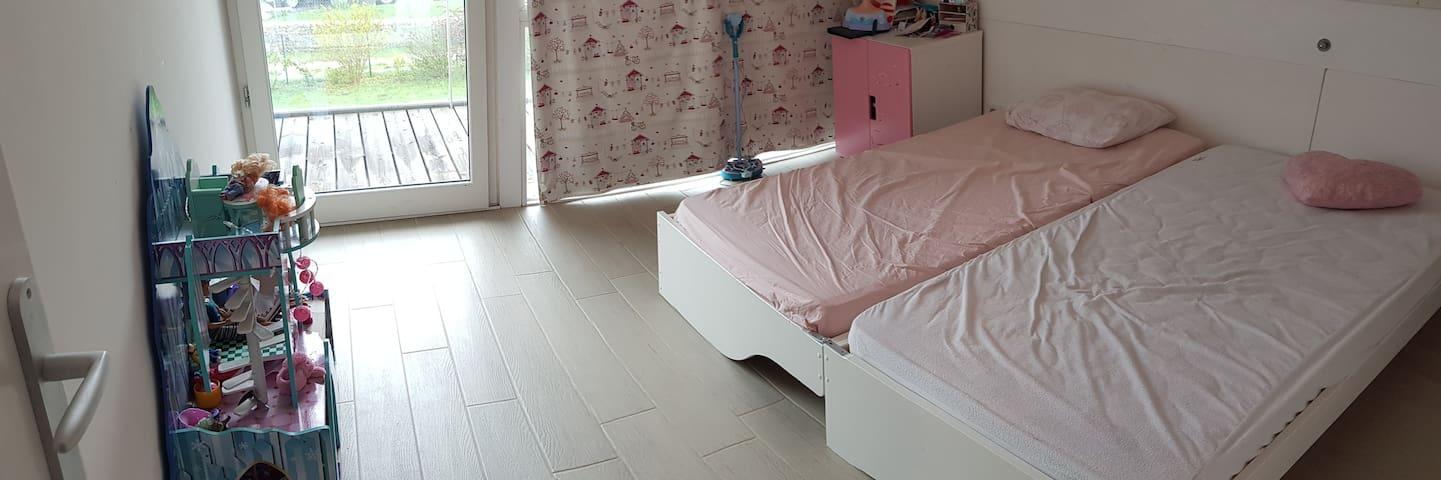 Chambre 3: Cette chambre enfant est équipée d'un lit en 90x190 et il peut se dédoubler et obtenir deux couchage en 90x190.  Elle bénéficie également d'un grand balcon qui donne sur le grand jardin.