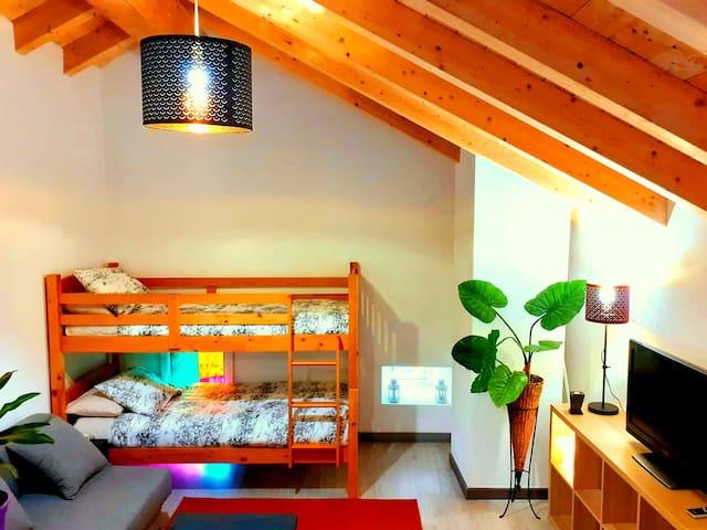 Hemos añadido una literas, así podrás elegir entre el sofa cama o estas acogedoras y divertidas.