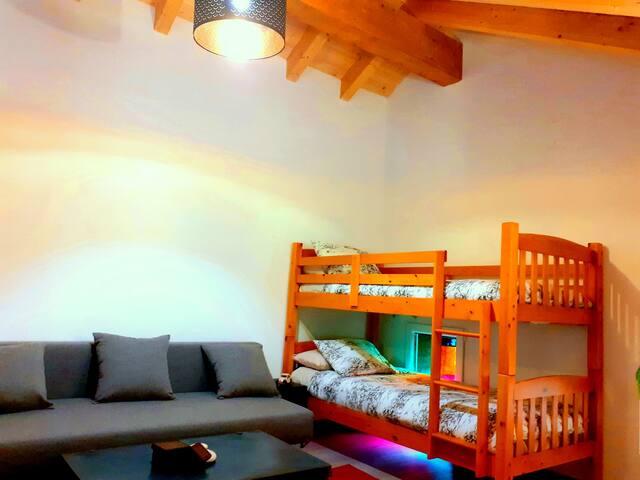 Hemos añadido unas literas, así podrás elegir entre el sofa cama o  estas acogedoras y divertidas.