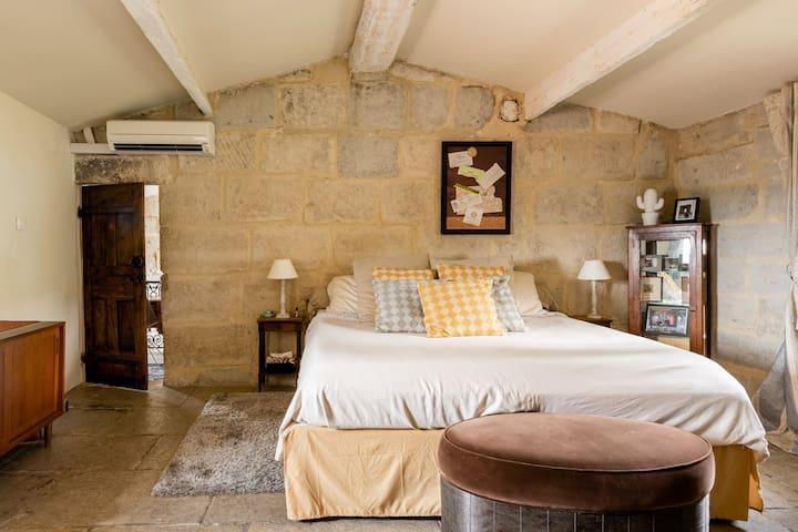 La suite parentale avec un lit King  size.  Ensuite bedroom with US King-sized adjustable bed