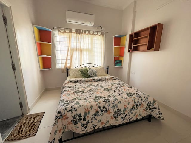 Room 3: Comfortable and luxurious Master bedroom with a Queen Bed, comfortable linens, double size comforter and equipped with air conditioner.