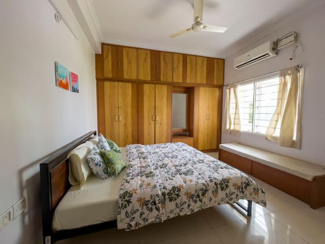 Room 2: Comfortable and luxurious Master bedroom with a King Bed, comfortable linens, double size comforter and equipped with air conditioner.