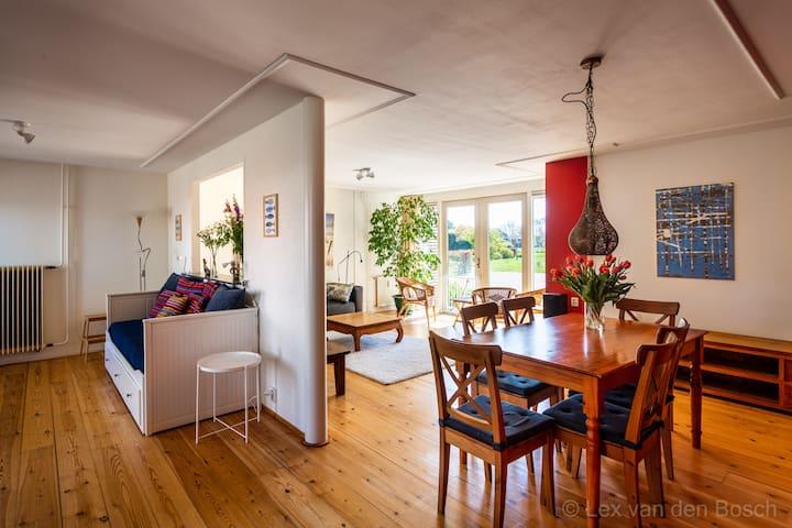 eethoek, woonkamer en slaap-tv-hoek