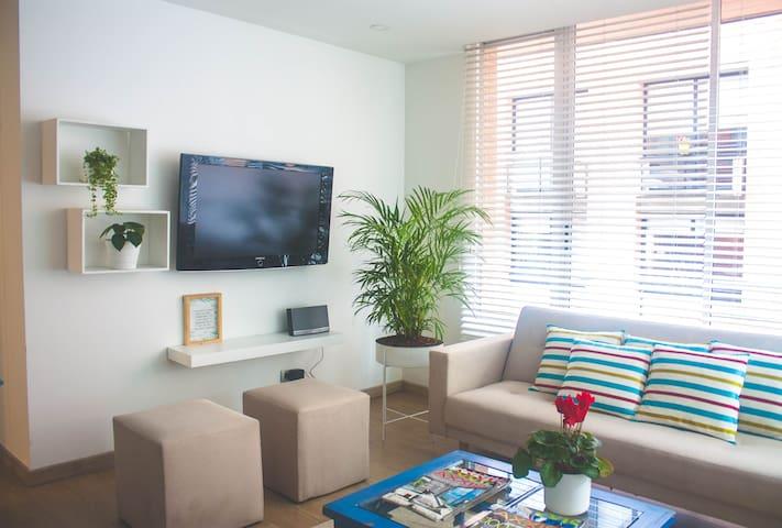TV en sala con opción de ingresar a  tus cuentas de Apple TV, Netflix, Amazon Prime, entre otras...
