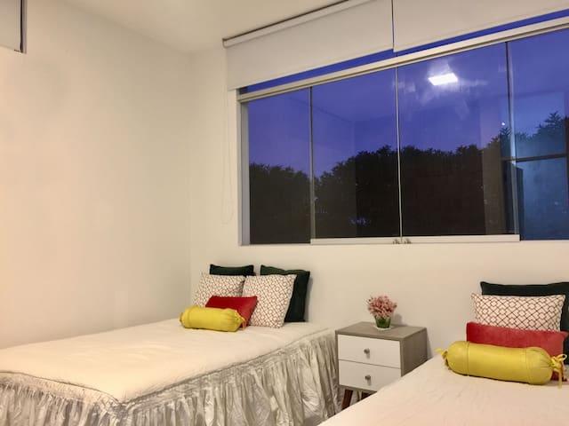 Habitación Nº 5, con baño incorporado, closets, rollers. Ventana con vista exterior. (Es la única habitación ubicada en el primer piso, tiene 2 camas).