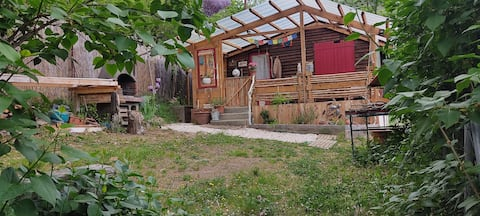 Mini chalet, jardin bord de rivière.