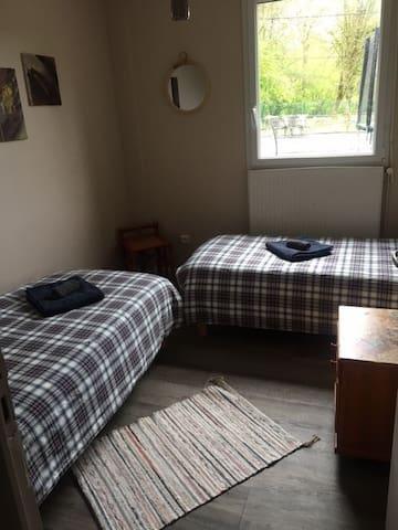 C'est la chambre  qui est située au plus prés de la salle de bain. elle dispose de deux lits simples. La vue donne sur la terrasse et la forêt