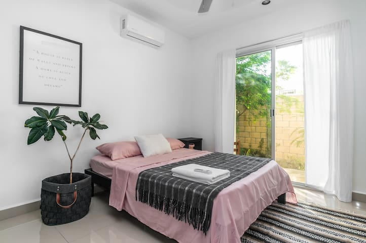 Private Bedroom with Private Bathroom, wifi, hot water and back patio with Hammock and Workout Station
