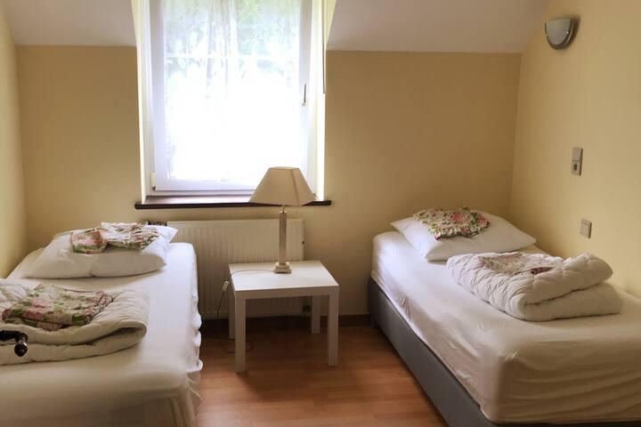 Chambre 2  Lit jumeaux et rangements