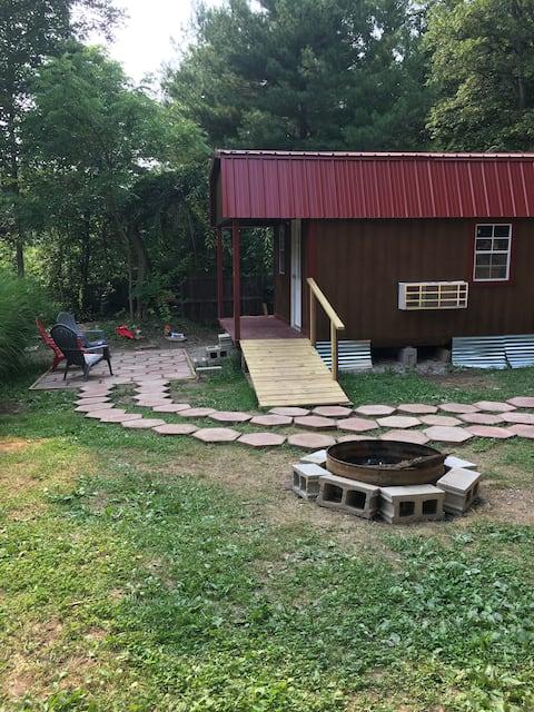 Hocking Hills  tiny house style Hot tub cabin