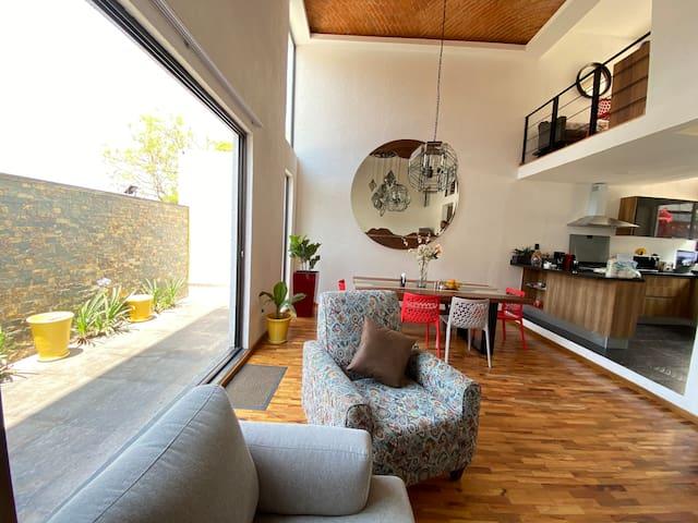 Cálidos pisos de madera, y pequeño patio florido te darán una hermosa bienvenida.