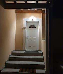 Entrée principale éclairée de la maison