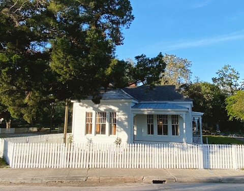 Lovely Folk Victorian Cottage in Historic District