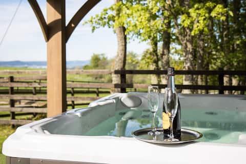 Essich View - 2BR - Hot Tub - Amazing Views -