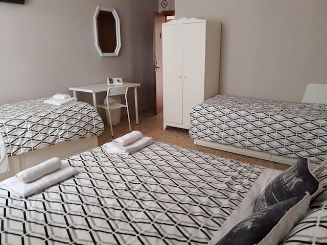 Camera 5/6 posti letto Letto matrimoniale più 4 letti singoli. Bagno privato in stanza.  WiFi  Scrivania angolo lavoro Climatizzatore  Zanzariere