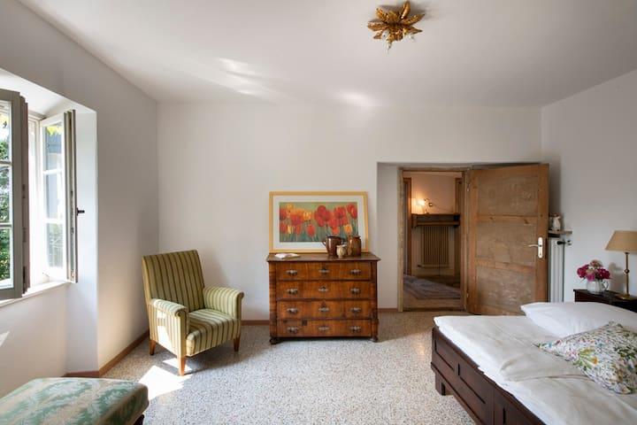 Geräumiges Schlafzimmer mit Doppelbett im Parterre.