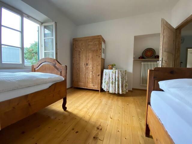 Schlafzimmer mit Omas Betten und neuen, hochwertigen Matratzen