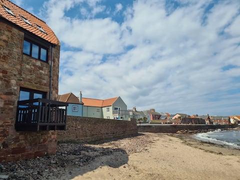 Surfsplash beachfront Holiday Cottage, Dunbar