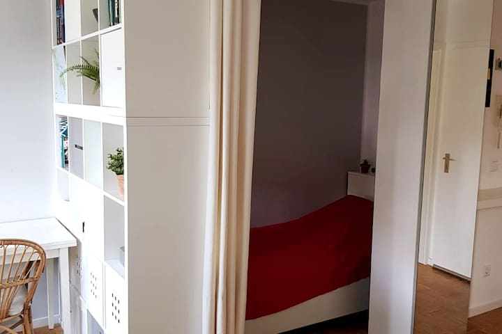 Der Schlafbereich zeigt das Bett und die geschaffene räumliche Trennung. Das Bett ist 1,40m breit