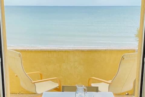 appartamento con terrazzo fronte mare