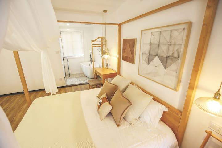 【202·思月】由设计师精心打造的山舍心语系列大床房,以温暖的原木色和米色为主色调,以大地色为点缀。