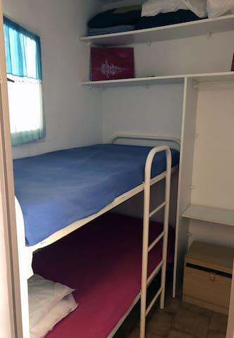 La cabine aux lits superposés.