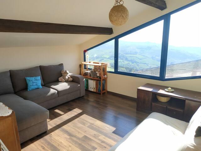 Cette chambre donnant sur la vallée est formidable par la vue qu'elle offre. Toutefois, orientée plein est, elle reçoit la lumière du soleil le matin et, à ce jour, ne dispose pas de rideaux (seul un paravent permet un peu d'ombre). Canapé-lit.
