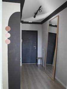 Дверной проем 90 см, на входе есть порог