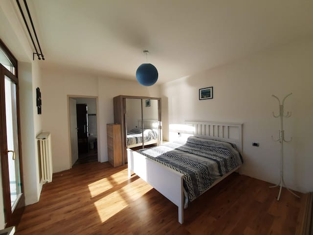 Spaziosa camera da letto con armadio guardaroba, e possibilità di lettino per bambio a richiesta.
