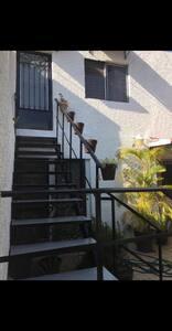 Ingreso principal al Loft en planta alta subiendo por las escaleras.