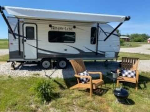 New RV with Queen Bed Right off Hwy Near KC