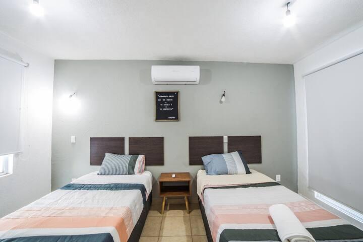 Recamara completa con AC. y dos camas individuales que se pueden juntar