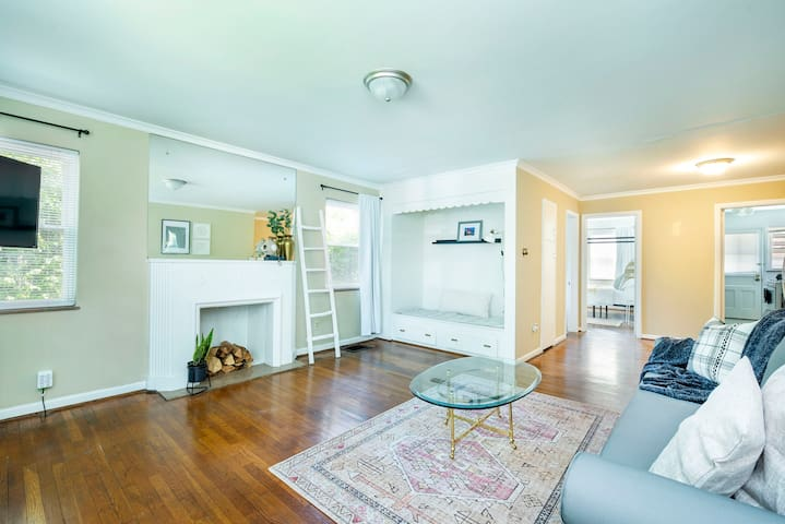 Make yourself at home in the within the charming chic apartment perfectly located only 10 minutes from downtown Columbus