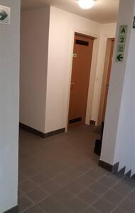 Eclairage et pas de marche à l'entrée de l'appartement