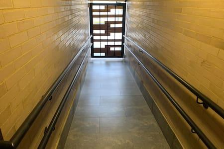 Acceso sin obstáculos directo a los ascensores que lo llevan al apartamento