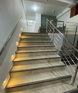 Escaleras iluminadas con sensor de movimiento y ascensor de discapacitados.