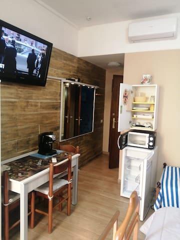 Utensili da cucina, Microonde, caffettiera De Longhi x cafè espresso, frigo, ecc.