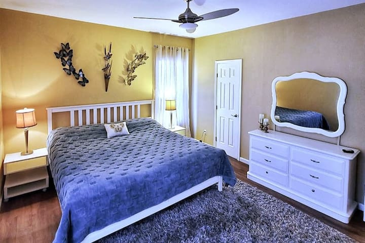 Bedroom #1 King bed plus 1 single tempur pedic  folding bed