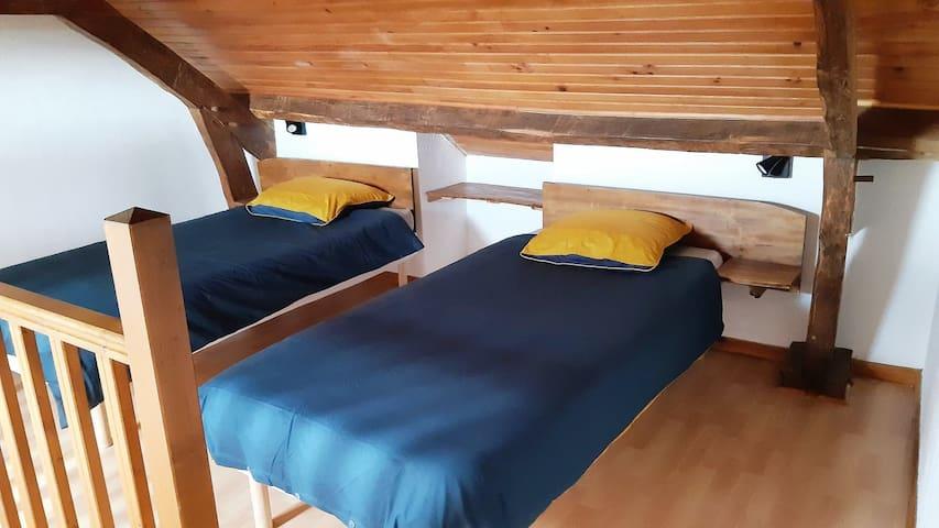 Chambre sous combles 2 lits 90 x 200  Vue sur la Piscine et campagne