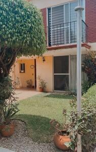 La entrada de la casa es plana, cuenta con dos estacionamientos, pueden entrar y salir por la puerta peatonal o por el ventanal que se encuentra a un costado.   Fácil acceso.